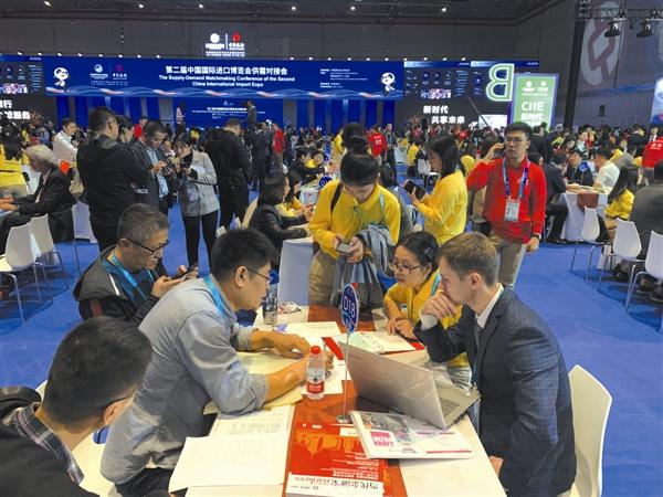 11月6日至8日,第二届中国国际进口博览会供需对接会在上海国家会展中心举行,吸引了近90个国家和地区的数千家展商客商前来参会。昨日下午,5家大连企业集中签约。