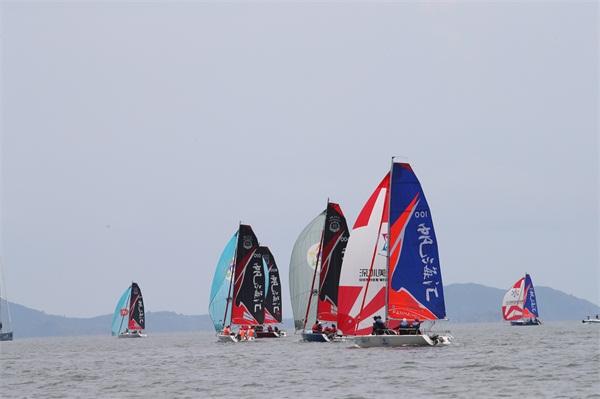 竞赛中的大学生帆船运动员 摄影:田野