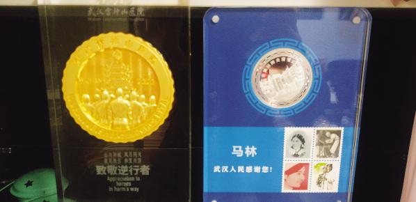 左边是雷神山医院的徽章,右边是武汉市的徽章。